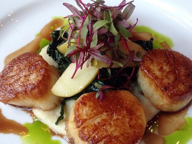 [chicagogram] Seared diver #scallops with sweet #parsnip and #Apple purée, Tuscan #kale and #veal cheek. #epicrestaurant
