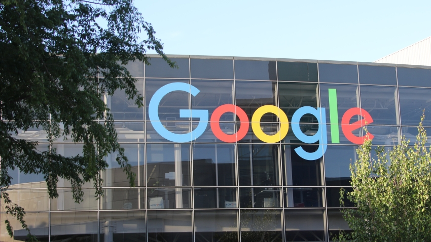 08 May 2018,USA, MountainView:The logo of Google on the facade of headquarter of the parent company Alphabet. The TV channel Arte wants to explore the digital world for almost three hours with its spectators on 03 July 2018. From 10 pm onwards the channel shows documentaries about the Silicon Valley and hysteria about the internet in Germany. Photo: Christoph Dernbach/dpa (