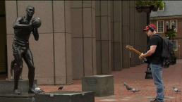 Boston Guitarist Makes the Best of the Morning Commute