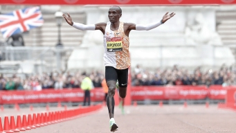Kipchoge Wins London Marathon for Record 4th Time