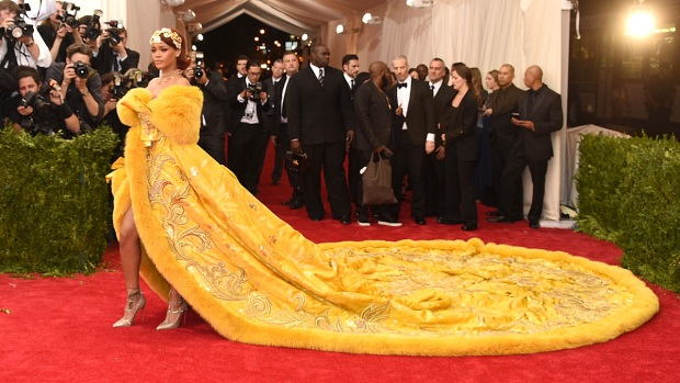 [NATL-NY] 2016 Highlight: Rihanna's Train Steals the Show at Met Gala (Raw Video)
