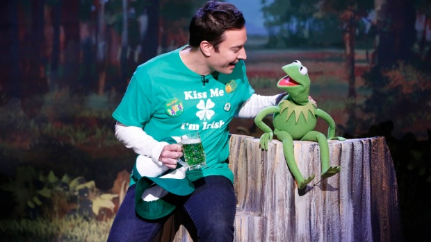"Kermit and Fallon Sing ""Bein' Green"""