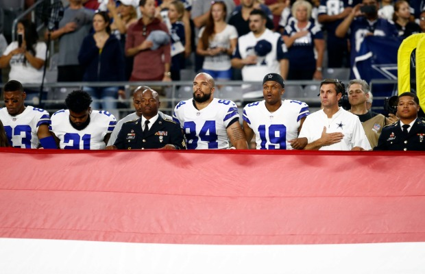 Jerry Jones kneels with Cowboys before national anthem