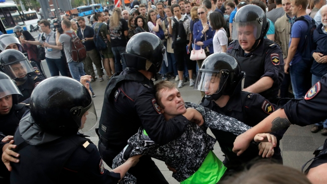 Rebel leader Navalny, hundreds arrested in Russia Day protests
