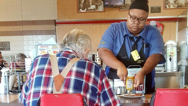 Act of Kindness Lands Texas Waitress $16K College Scholarship