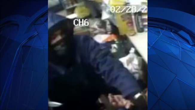 Police Seek Suspect Who Robbed Clerk at Knifepoint