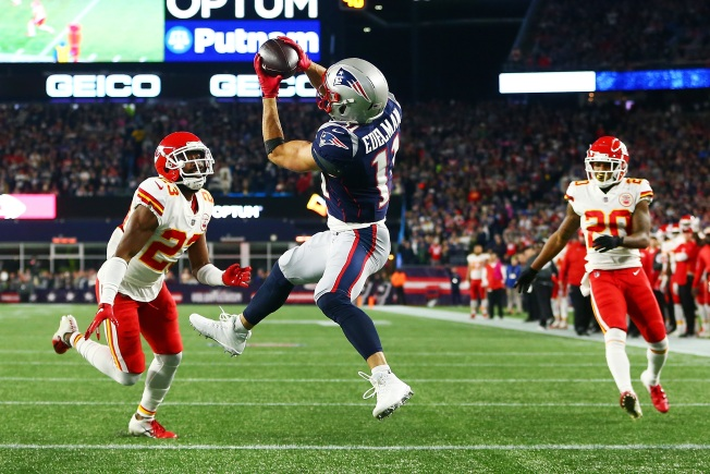 Chiefs' Bandwagon Rolling into Mighty Patriots at Arrowhead